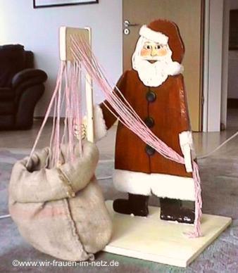 An jeder Schnur hält der Nikolaus ein Päckchen bereit.