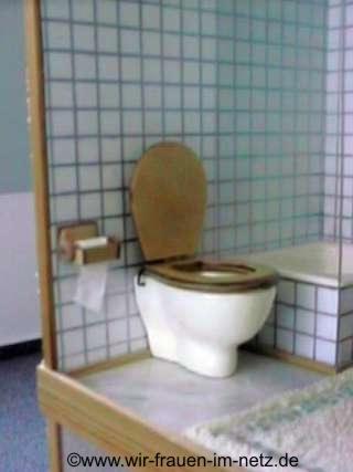 WC mit klappbarem Holzdeckel