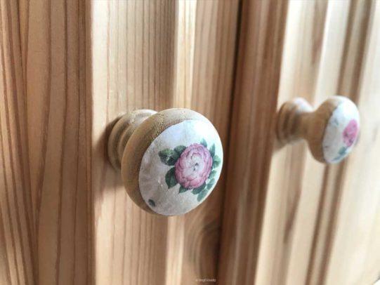Möbelknauf mit Rosenmotiv an den Schranktüren