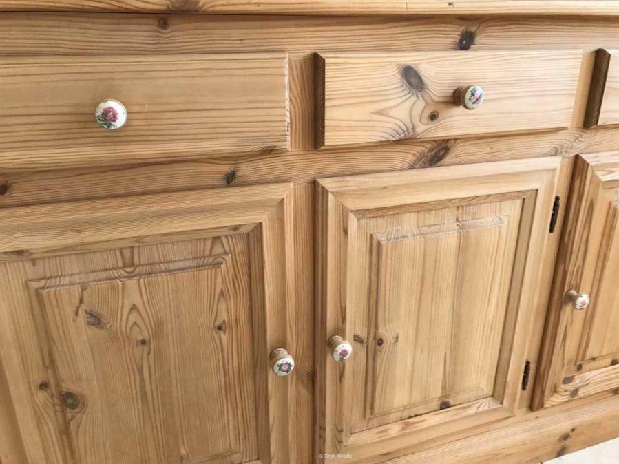 Der Schrank sieht aus wie neu mit den neuen Möbelknöpfen