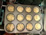Das gefüllte Muffinblech in die Kühltruhe