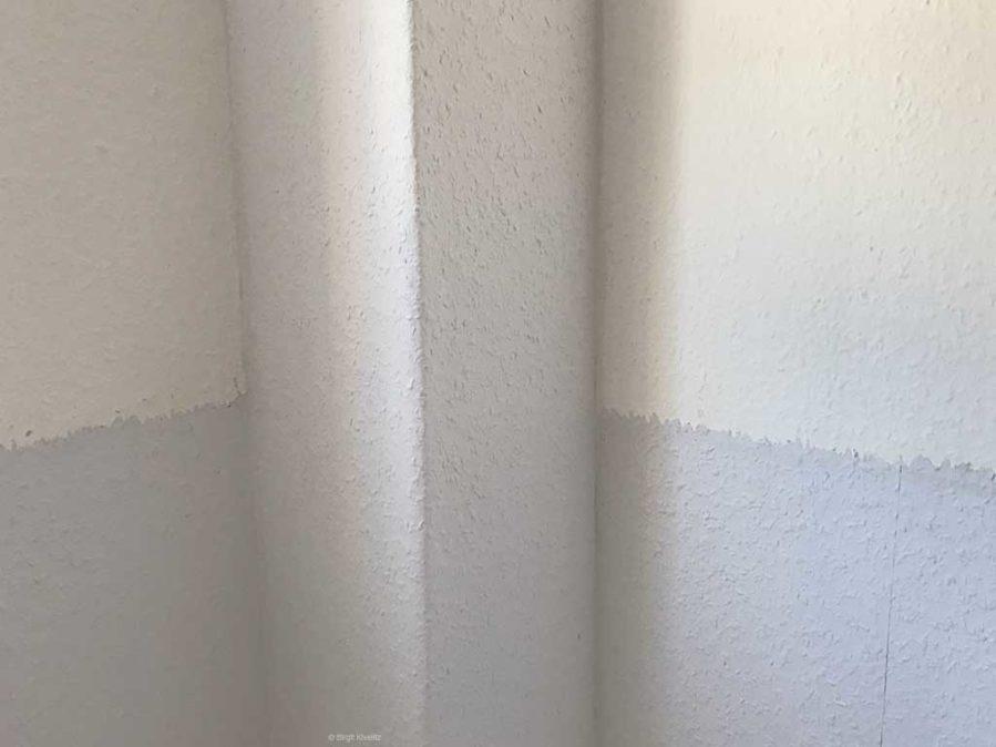 Der Kasten und der untere Teil der Wand wurde neu tapeziert.