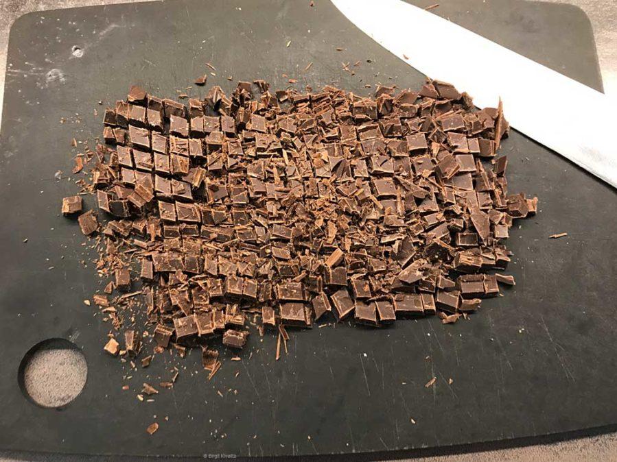 Die Bitterschokolade würfeln